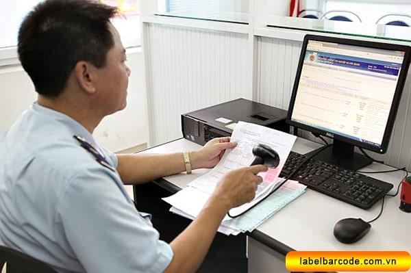 Cán bộ hải quan quét mã vạch tra cứu hệ thống thông tin tờ khai hải quan
